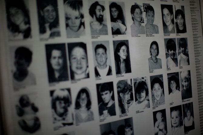 e2db22d26 Afiche con fotos de bebés robados como parte de un plan sistemático  patrocinado por el estado durante la dictadura de Argentina de 1976 a 1983.
