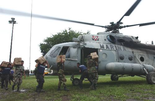 Efectivos de la Armada en apoyo a la población civil