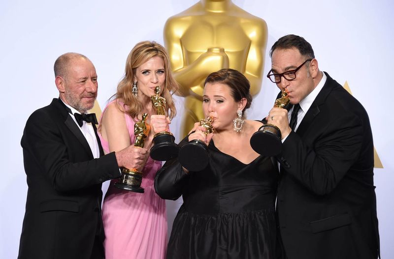 Productores de 'Spotlight' con su estatuilla a mejor película