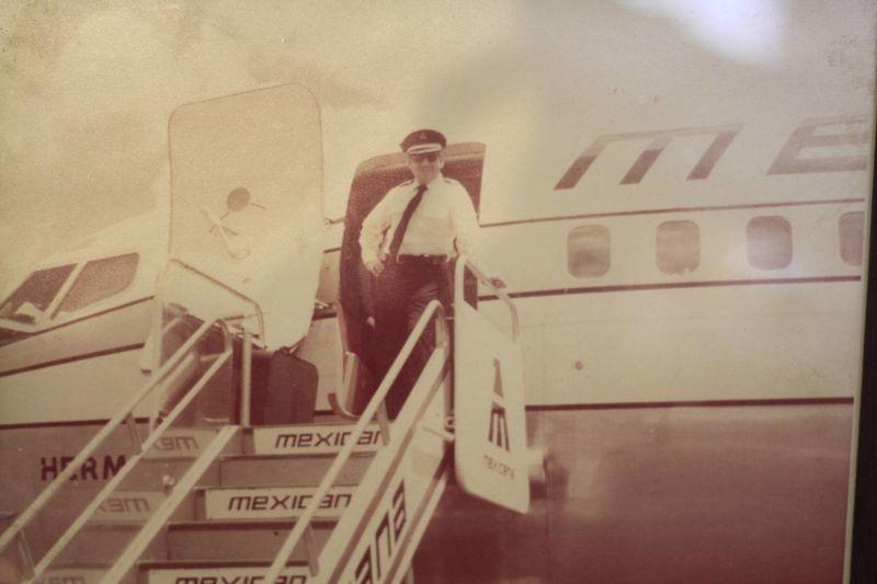 El capitán Sacre bajando de uno de los aviones que piloteó.