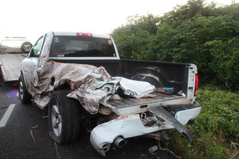 El tráiler se impactó contra este vehículo que se encontraba mal estacionado.